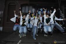 Jugendliche springen hoch und strecken die Arme hoch.