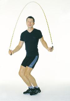 Ein Athlet springt mit dem Seil, während er mit beiden Füssen abspringt und landet.