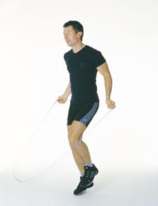 Un athète saute à la corde alternativement d'une jambe sur l'autre comme s'il courait sur place.