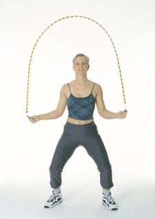 Une athlète saute à la corde en effectuant le mouvement de pantin.