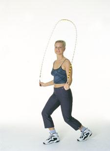 Ein Athletin führt einen speziellen Sprung mit dem Seil aus.
