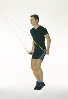 Ein Athlet beim Seilspringen. Er lässt das Seil bei jedem Sprung zwei Mal durchschwingen.