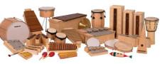 La foto ritrae numerosi strumenti a percussione.