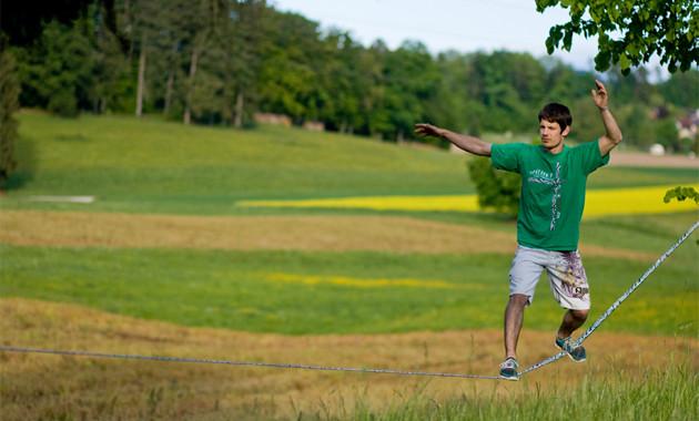 Bewegungstipps: Slacklinen für Jung und Alt