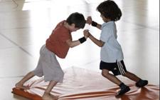 Due bambini lottano su un tappeto
