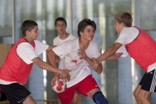 Un jeune tente de passer entre deux joueurs.