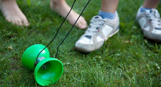 Jeux de mains diabolo un objet de jonglerie ancestral - Pose de diabolo ...