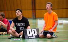 Deux jeunes arbitrent un match.