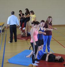 Schülerinnen arbeiten in Vierergruppen an zwei unterschiedlichen Posten.