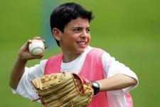L'élève lance sa balle de baseball.