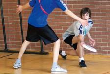 Dessin: Deux élèves jouent au frisbee