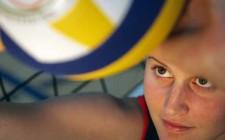 Une élève et une balle de volleyball