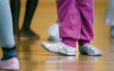 Füsse in Ballettschuhen.