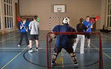 Mehrere Schüler beim Intercrosse-Spiel.