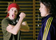 Foto simbolica: un allievo fa un gestaccio ad un insegnante
