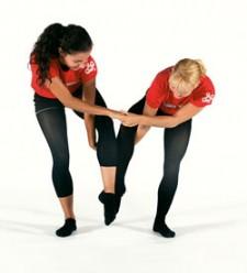 Due ragazze sono intrecciate con mani e gambe