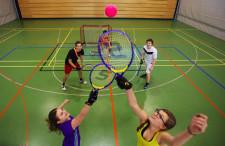Zwei Spieler versuchen den Ball in der Luft zu erobern.