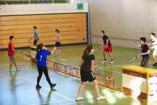Mehrere Spielende spielen über Langbänke Tennis.