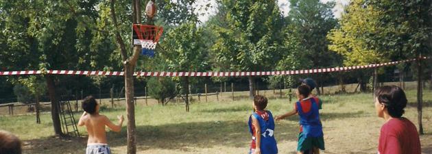 Eine Gruppe Jugendlicher spielen Madball auf einer Wiese.