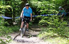Un enfant effectue du vélo dans la forêt.