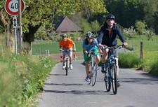 Des enfants roulent à vélo sur une route cantonale.