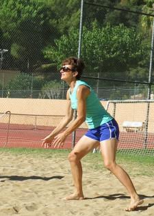 Foto: una giocatrice su un campo di netzball sulla sabbia