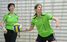 Foto: Frau beim Abwurf eines Balles in korrekter Haltung (Ausfallschritt nach hinten und Ball in wurfbereiter Hand)