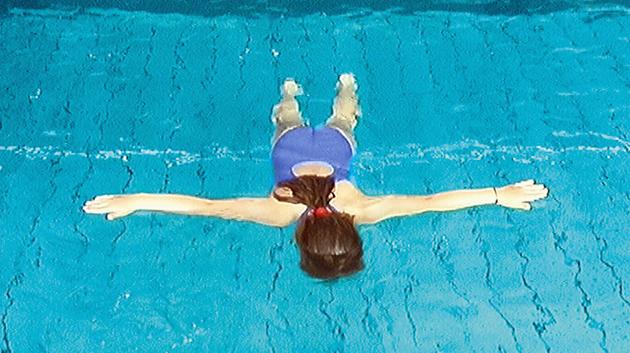 Fille flottant dans l'air
