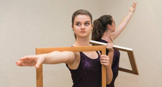 Zwei Frauen bei einer Choreografie