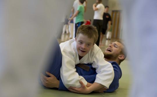 Sport und Behinderung: Jugendlicher mit Trisomie 21 legt seinen Judo-Lehrer auf den Boden.