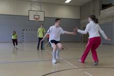 Jugendliche mit und ohne Handicap beim Stafettenlauf