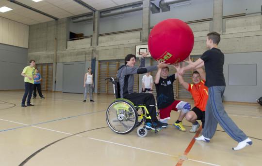 Foto: Jugendliche mit und ohne Behinderung beim Kin-Ball spielen.