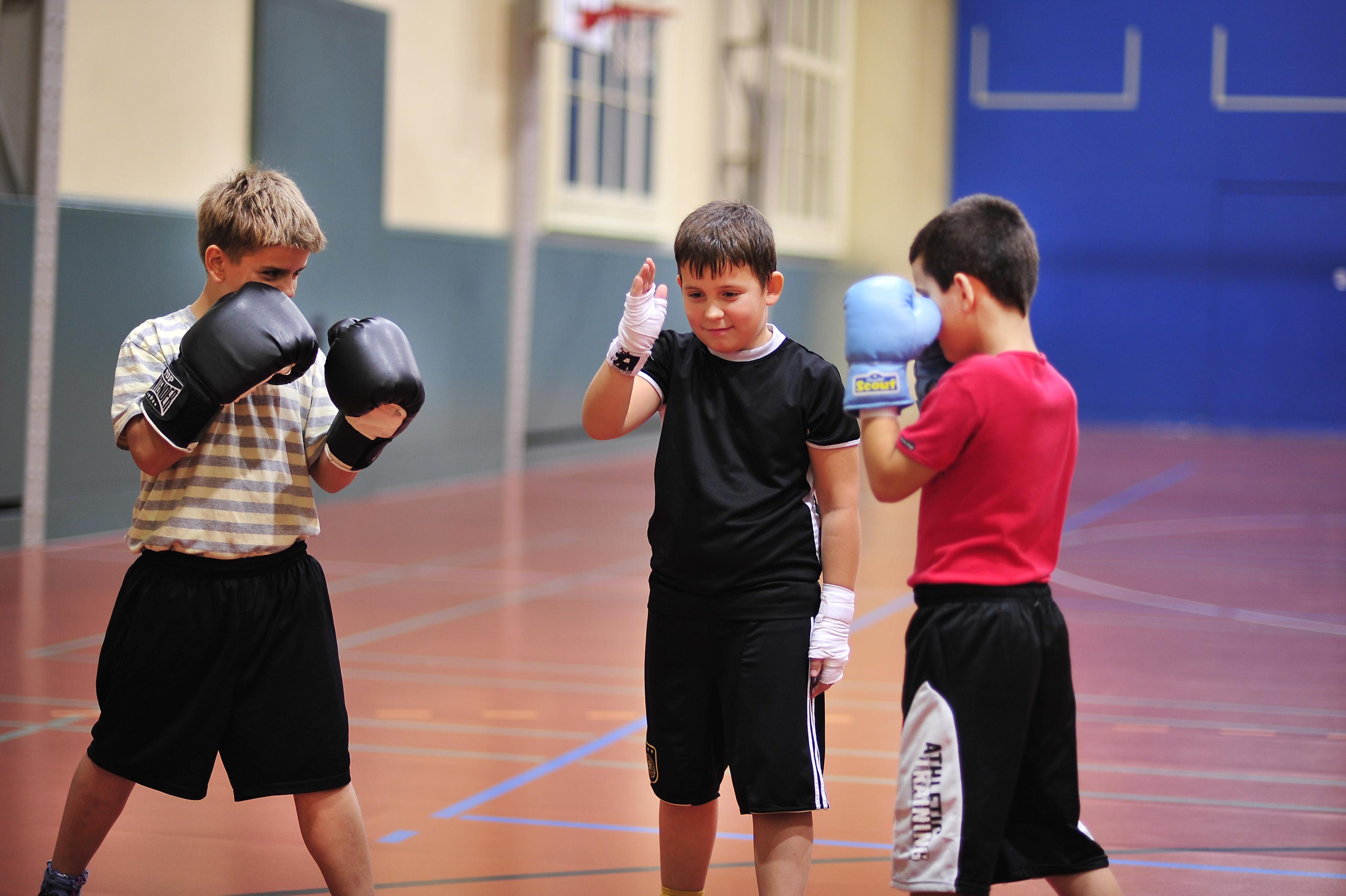 Zwei KInder kurz vor dem Kampf, während ein Kamerade den Ringrichter spielt.