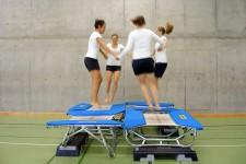 Bild: Vier Frauen beim Minitrampolin-Springen