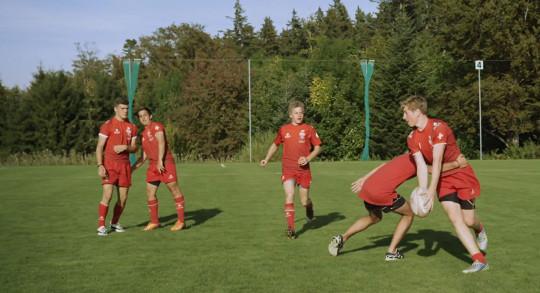 Jugendliche beim Rugbyspiel