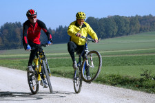 Foto: due adulti pedalano sulle loro mountainbike