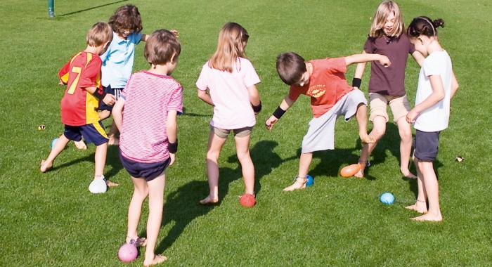 Outdoorspiele: Rasen, Hartplatz, Spielplatz und Wald