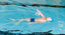 Foto: Knabe beim Rückenschwimmen.