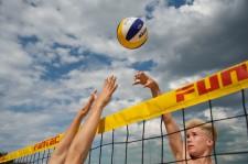 Un giocano spinge la palla sopra la rete nel campo avversario