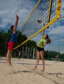 Zwei Jugendliche beim Spiel am Netz (Poke und Block).