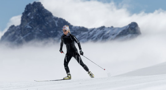 Une skieuse de fond en action.