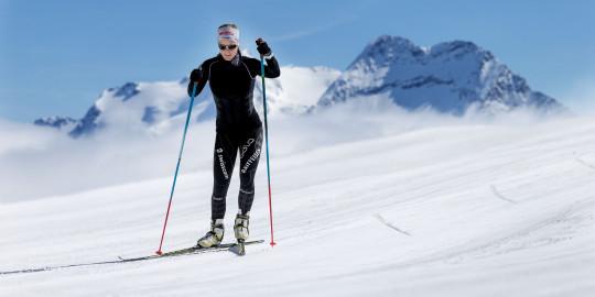 Una sciatrice mentre scia in skating