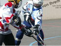 Due bambini impegnati in una partita di street hockey