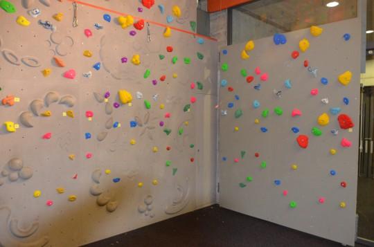 Foto1: Beispiel einer Boulderwand mit vielen Griffen.