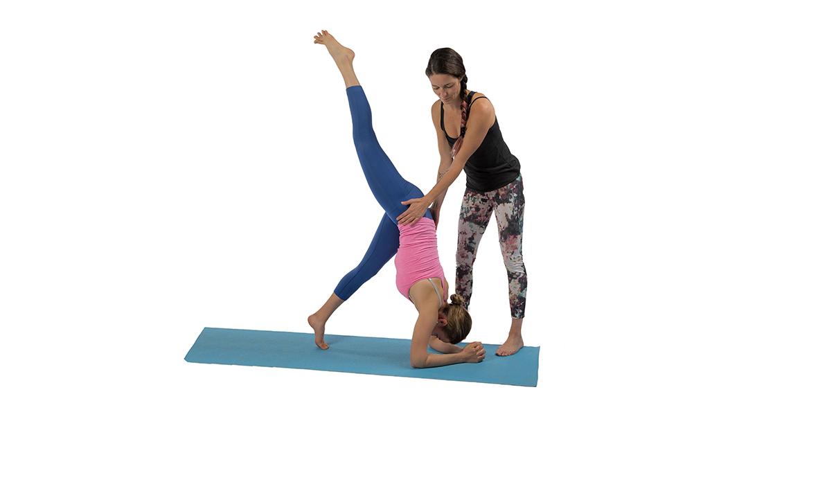 Yoga – Balance auf Händen B50 Handstand mit Unterstützung ...