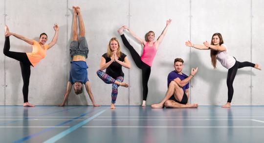 Foto: sei giovani posano in una palestra in sei posizioni di yoga diverse