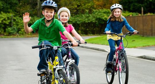 Kinder beim Velofahren auf Quartierstrasse