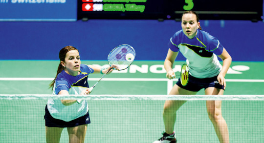 Deux joueuses de badminton lors d'un match de double.