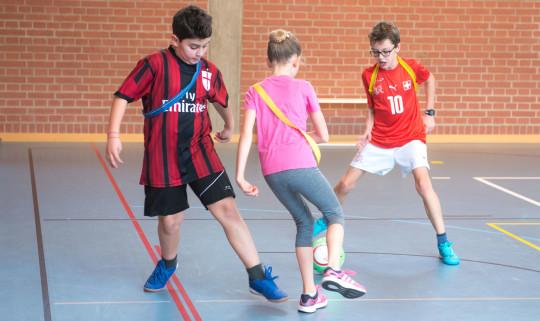 Kinder beim Fussballspiel.