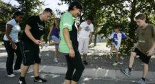 Foto: Jugendliche beim Footbag-Spiel.